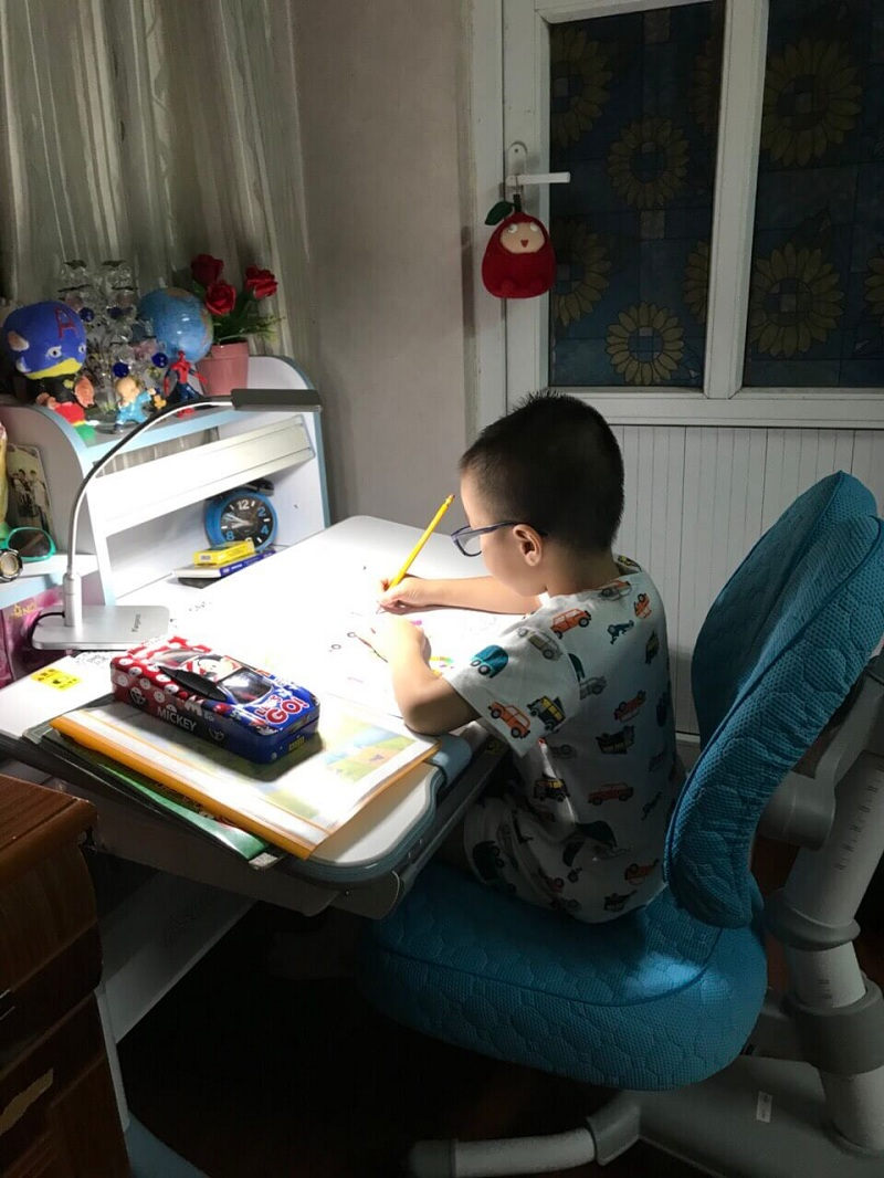 Chọn bàn học hợp lý cho bé giúp cải thiện tư thế ngồi