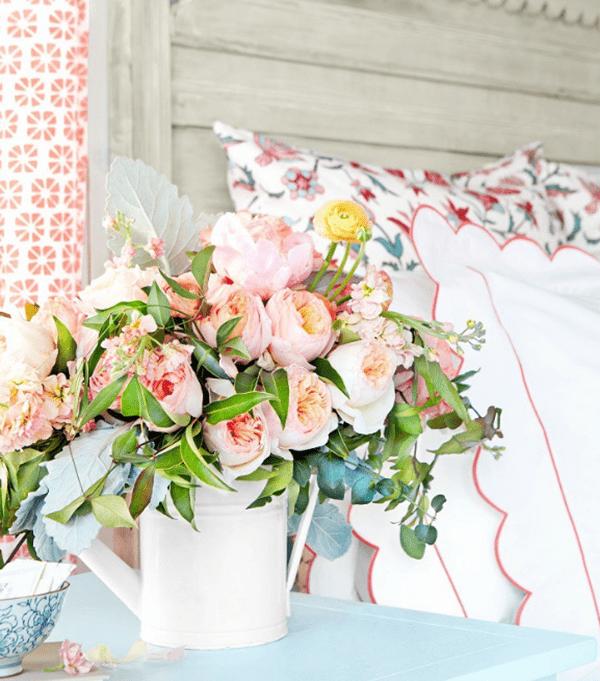 Ý tưởng trang trí phòng làm việc bằng hoa tươi Sử dụng bình tưới cây