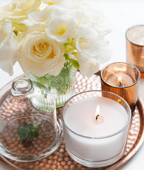 Ý tưởng trang trí phòng làm việc bằng hoa tươi Dùng Khay trang điểm