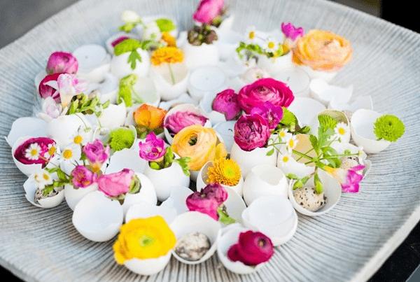 Ý tưởng trang trí phòng làm việc bằng hoa tươi kết hợp vỏ trứng