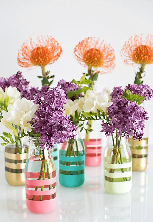 Ý tưởng trang trí phòng làm việc bằng hoa tươi Dùng chai thủy tinh